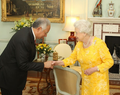 Queen Elizabeth in Yellow Dress supports BERSIH meets Najib