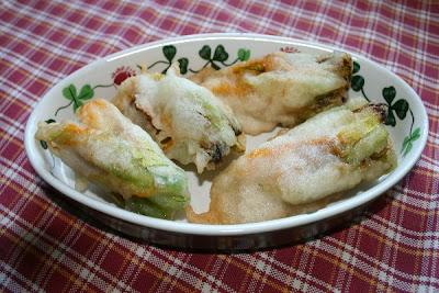 fiori di zucca ripieni in tempura
