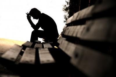 كيف تتغلب على مشاكلك والصعاب التى تواجهك - رجل حزين مكتب - sad-man-silhouette-on-bench