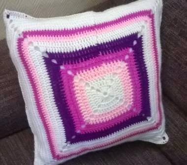 Almohada granny crochet.