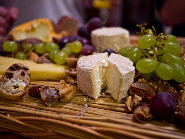 como preparar una tabla de quesos gourmet rustica de quesos mimbre