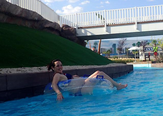 Bañarse en Río Loco de Parque Warner Beach embarazada