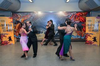Parejas de bailarines de Tango hicieron un exhibición en la estación Corrientes de la línea H del subte