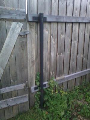 Забор из не струганных досок фото
