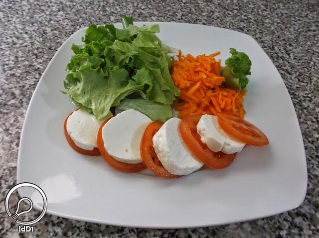 Alface e cenoura adicionadas - Salada caprese com queijo fresco - Ideia do Dia 1