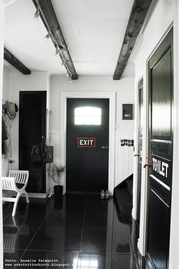 måla ytterdörren svart, svart ytterdörr, måla ytterdörr, ytterdörrar, svart, svart vitt och rött, svart dörr med vit text exit, text på dörren, svart och vitt, svartvitt i hallen, hall, dörrar, klinkersplattor, stora kakelplattor, diy, renovering,