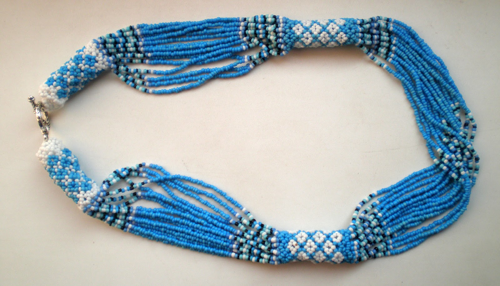 Сучасне українське намисто синього