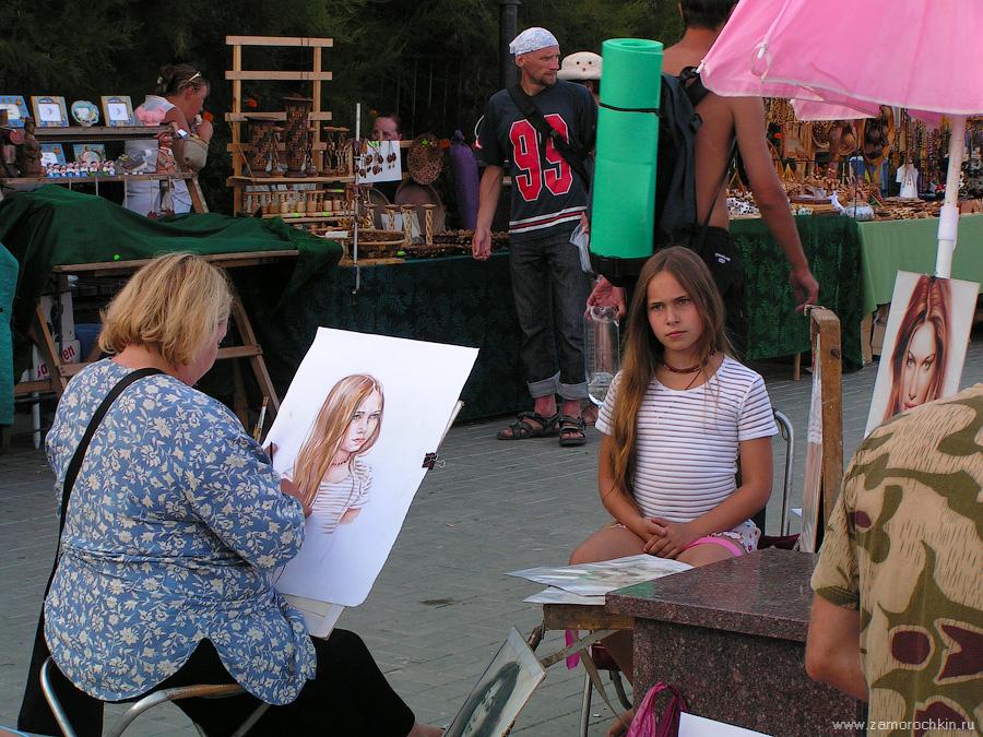 Художник-портретист пишет портрет на набережной Коктебеля | Portraitist working on the portrait of a girl on the Koktebel embankment