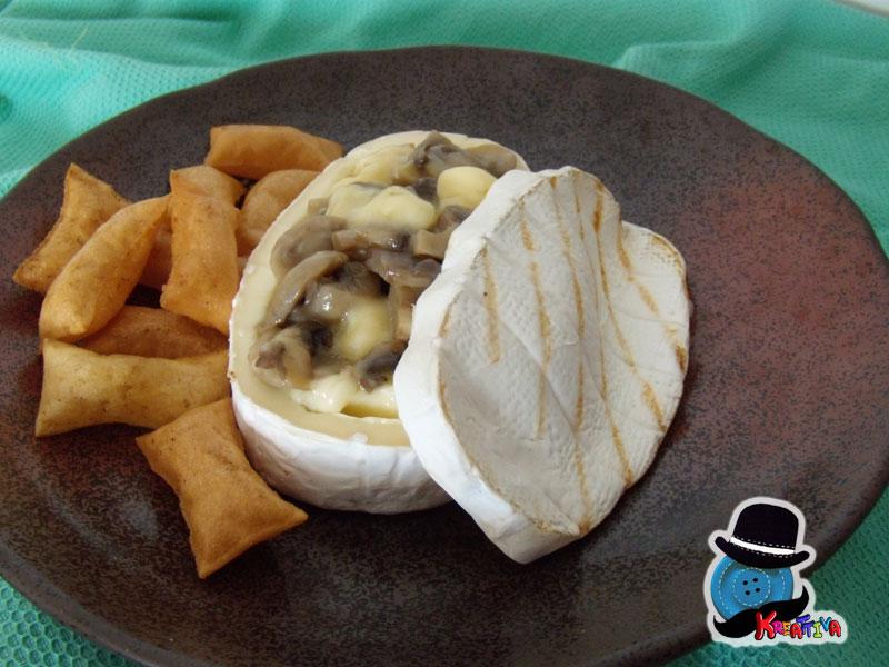 cestino di formaggio con funghi per ospiti a sorpresa
