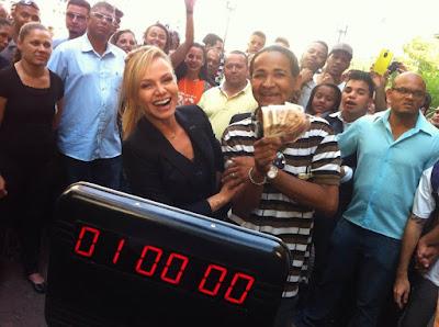 Eliana distribui dinheiro fazendo perguntas para as pessoas na rua e cada resposta certa vale R$ 50 reais     Crédito: Divulgação/SBT