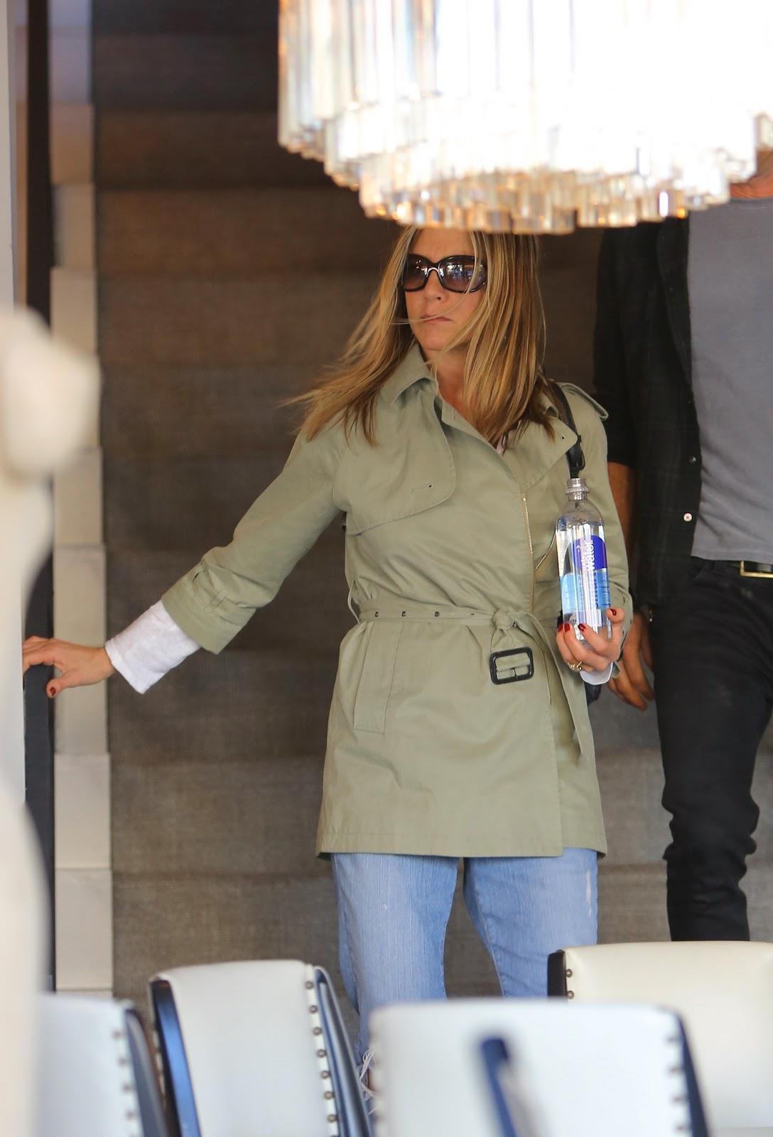 http://3.bp.blogspot.com/-h9hKeQ4TBXU/UJCTCDLzOCI/AAAAAAAAXfw/QiZxyhrjacs/s1600/Jennifer+Aniston+spotted+at+furniture+stores+in+Hollywood,+October+29,+2012.jpg