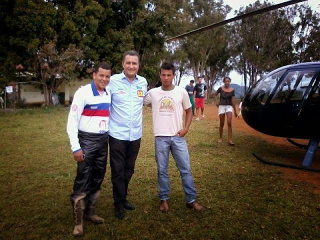 Helicóptero com Rui faz pouso forçado em campo de futebol.
