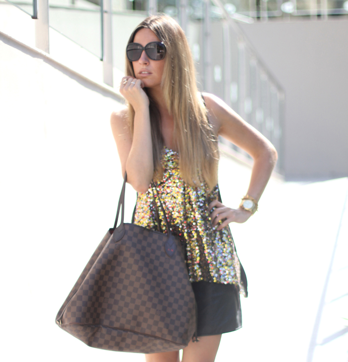 Blonde blogger with Louis Vuitton Neverfull bag