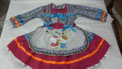 vestido de festa junina com avental pintado com hello kitty