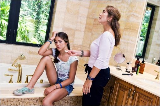 мать соблозняет ножками дочку