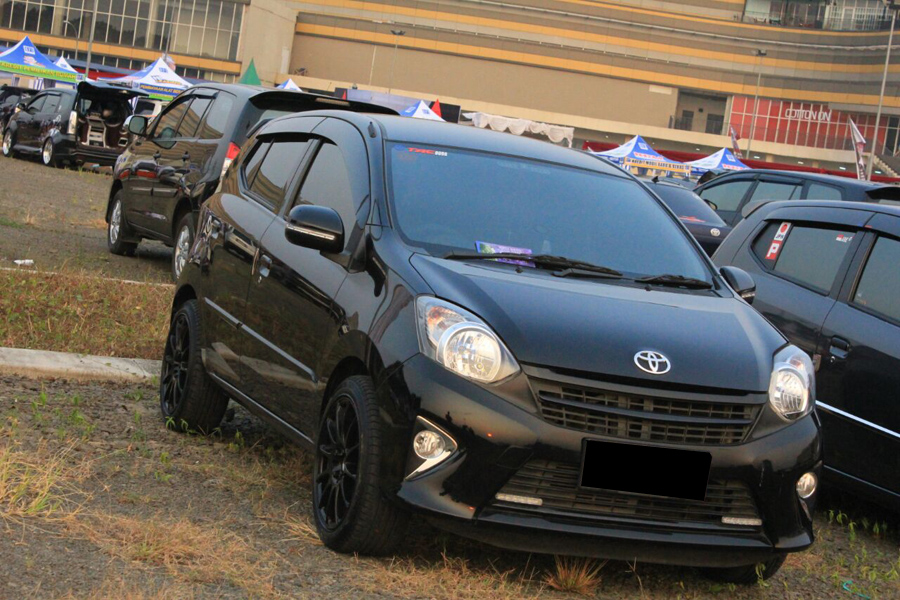 modifikasi toyota agya warna hitam