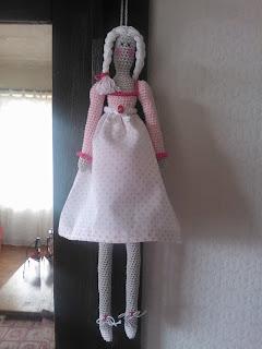 Aan de haak geslagen tilda heeft een jurk - Naakt in haar woonkamer ...
