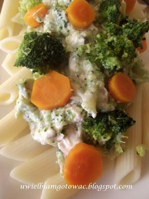 Makaron z brokułami w sosie serowym
