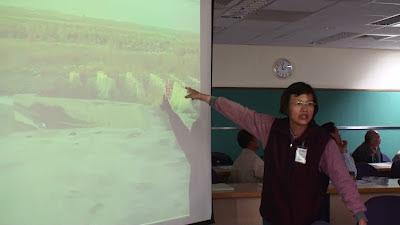后里農民王婉盈出示一張她於2012年2月13日,在中科三期位於大安溪的廢水放流管排放口四周所拍照片,圖中大安溪水乾枯見底, 她質疑這樣足以稀釋放流水嗎?