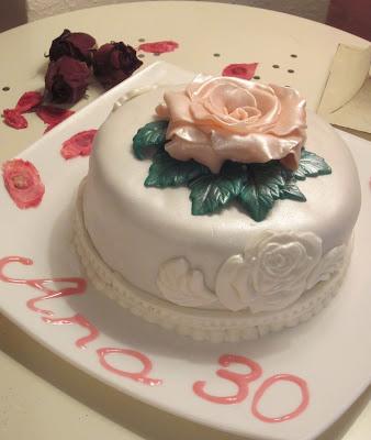 Tarta de fondat decorada con rosa y bizcocho Sacher