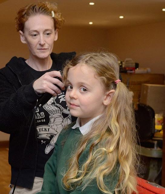 Su primer corte de cabello!