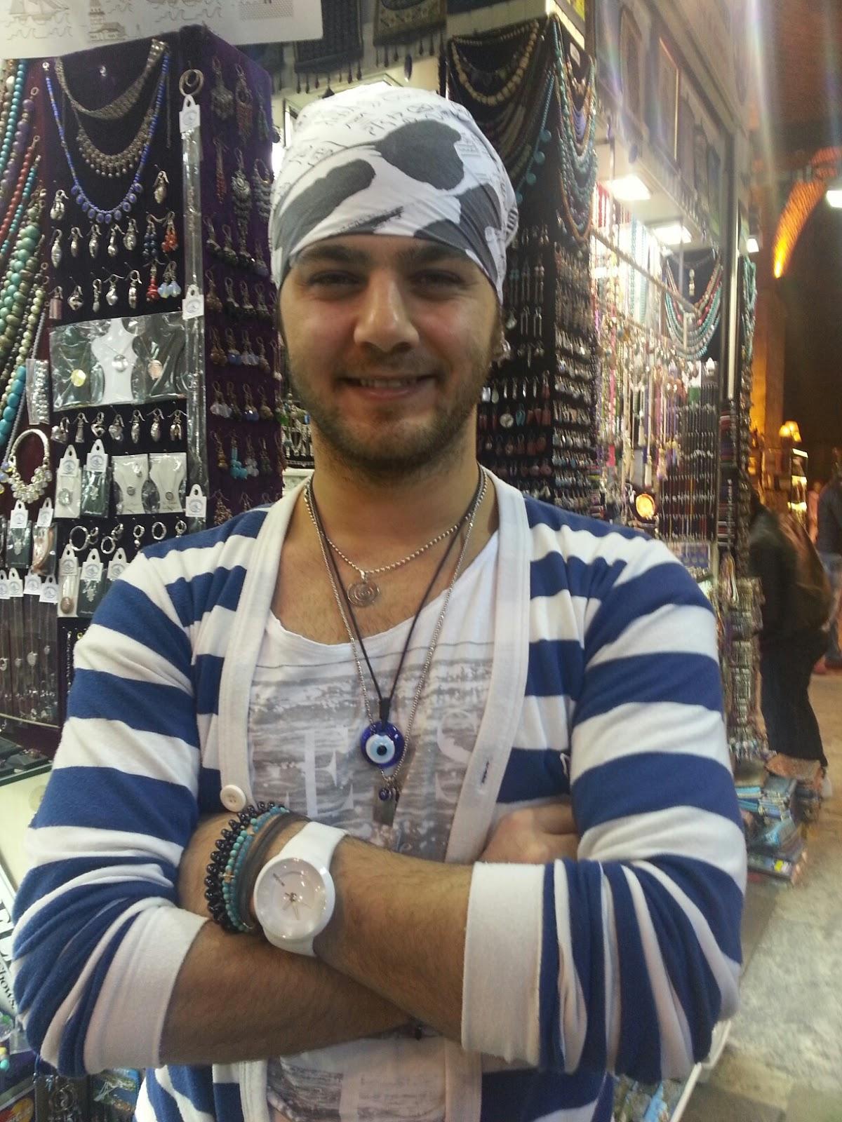 Erdem Balci en su tienda del Gran Bazar de Estambul. Esmeralda Diaz-Aroca