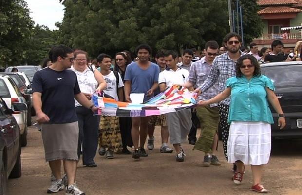 Durante velório e enterro do jornalista, amigos e familiares usaram saia (Foto: Reprodução/TV Anhanguera)