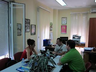 imagen en la que se aprecia a Paulo (linuxsur) en el centro, La coordinadora de voluntariado a la izquierda y Juama (Secretario) a la derecha