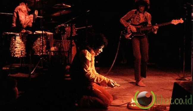 Jimi Hendrix Membakar GItar