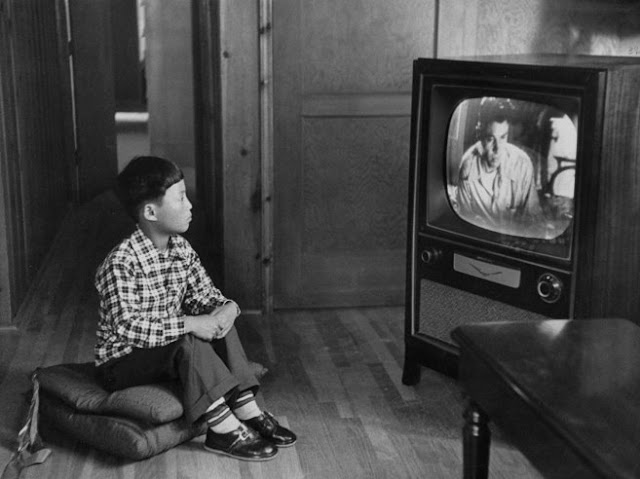 Vintage everyday old pictures of people watching tv for People watching