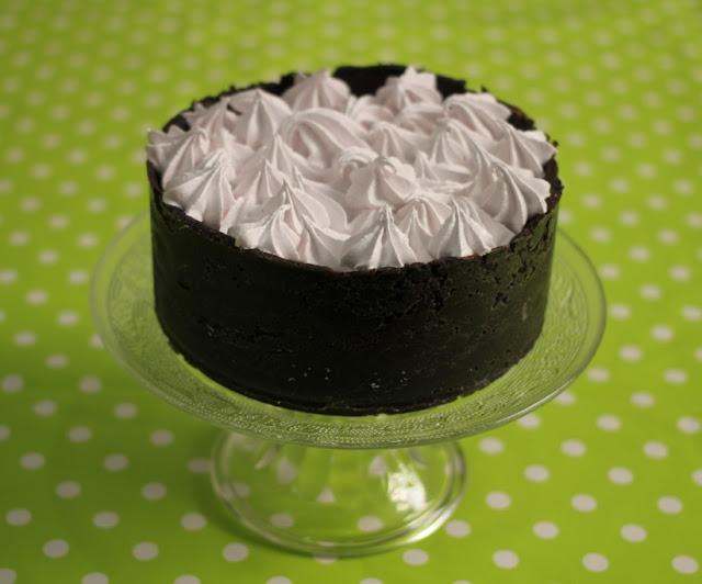 Tarta de Oreo, chocolate y mererngue de fresa (El dulce mundo de Nerea)
