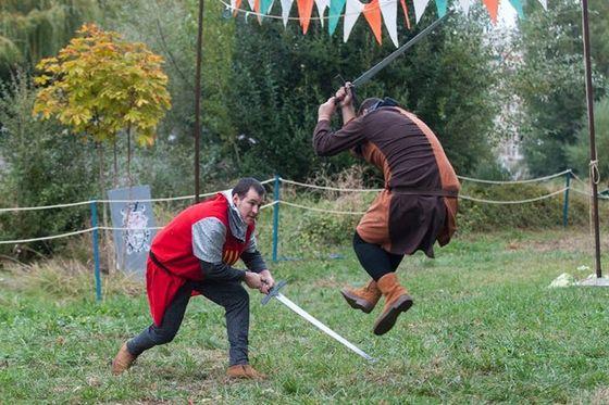 imagen_burgos_cid_medieval_cidiano_rio_arlanzon_torneo_combate_caballeros_espadas