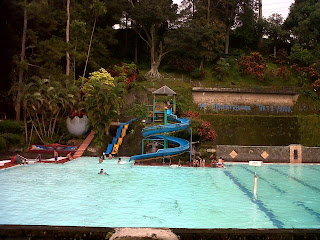 Pengunjung berenang