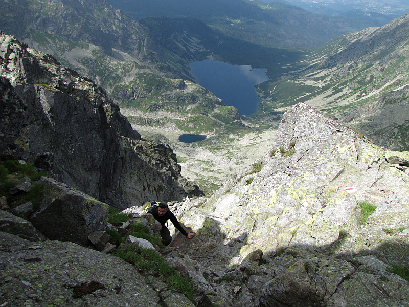 Wspinaczka na Kozi Wierch. Z tyłu widoczna jest Dolina Gąsienicowa.