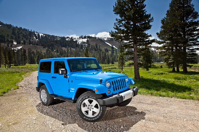 Front 3/4 view of 2013 Jeep Wrangler Sahara