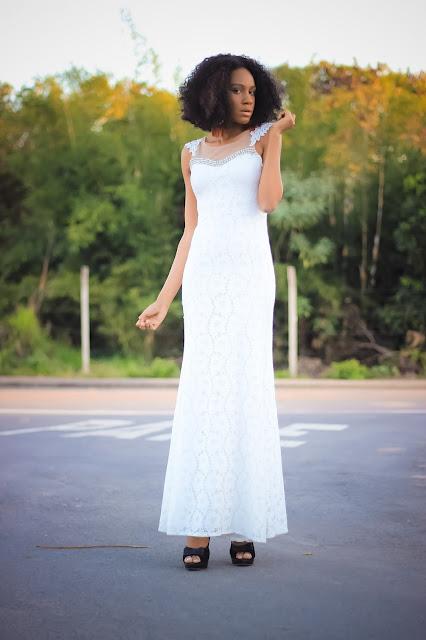 mulher negra com vestido branco