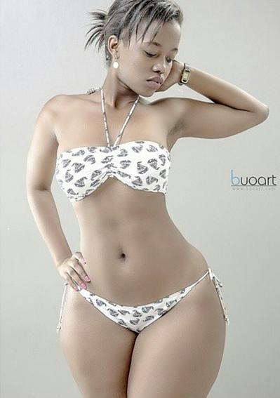 Picha corazon kwamboka akiwa katika bikini pazia