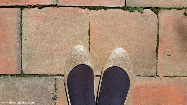gold, shoes, flats, glitter, sparkle, sparkly, Payless, fancy, brick, feet, Alice Manfrida, alicemanfrida, amanfrida