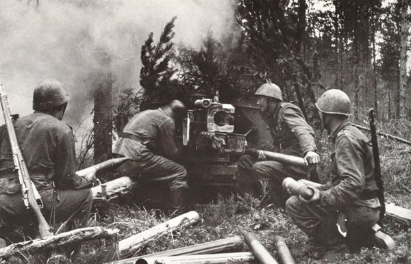 A Finnish army anti-tank gun crew (Pak 40) in summer field uniform with a mixture of Czech, German WWI and Italian helmets, in1942.