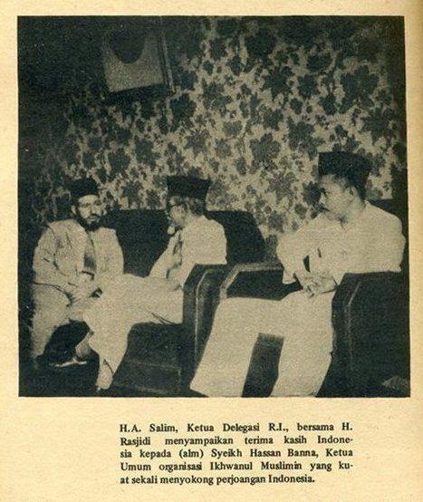 Hasan Al-Banna (kiri) menerima kunjungan KH Agus Salim