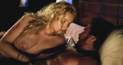 Veronica Ferres liegt nackt auf dem Bett mit Götz George