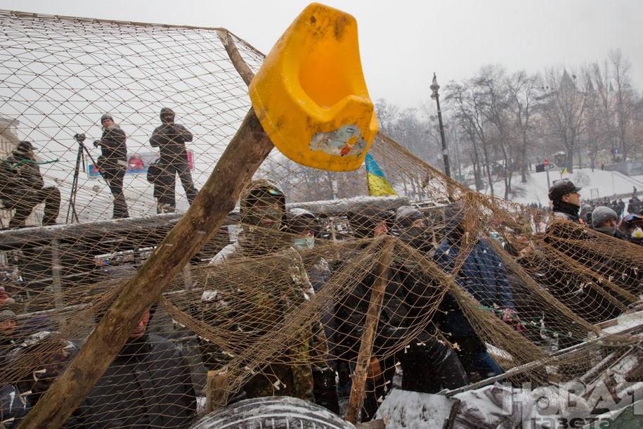 Сетка улавливает гранаты Беркута, чтобы они не попадали в людей на баррикадах