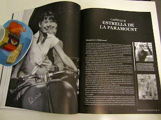 Audrey Herpburn en fotos dentro de un libro