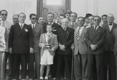 Arturito Pomar con su primer trofeo de Campeón de España, X Campeonato de España de Ajedrez