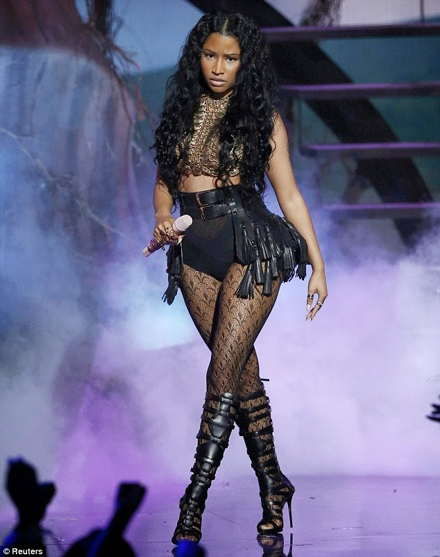 Nicki Minaj sexy outfit on stage at BET awards pic 1