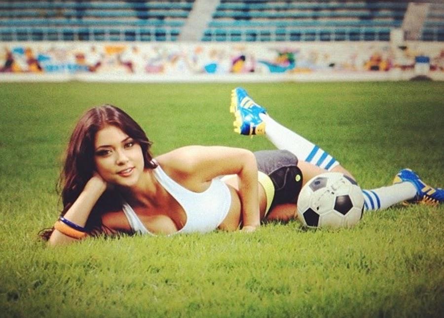 Arianny Celeste posou para a Maxim da Coreia do Sul, manuseando uma bola de futebol