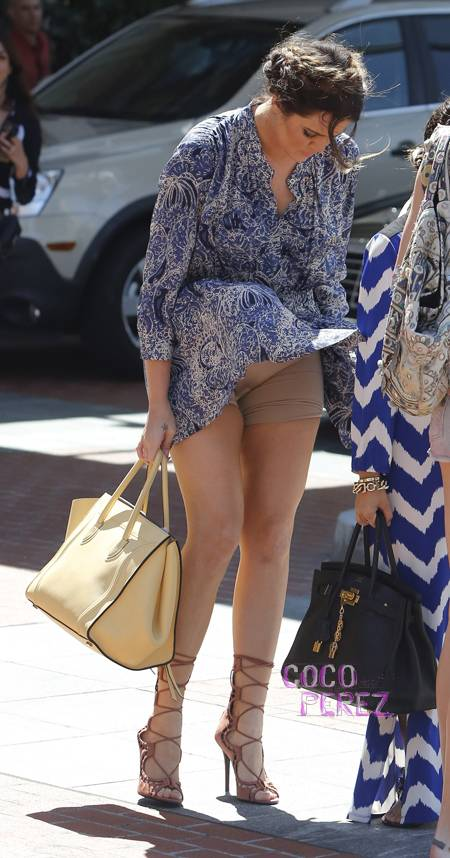See What An Overzealous Gust Of Wind Did To Khloe Kardashian Just Outside Her Mom S Office In L A While Chatting With Sisters Some Blew Up