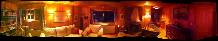 Vardagsrummet i i kvällsbelysning Sälenstugan