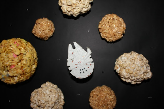 Create your own Star Wars™ galaxy made out of cereal balls! These treats are so perfect for a Star Wars™ party, movie-watching marathon or even a science lesson for your kids! #AwakenYourTastebuds #ad