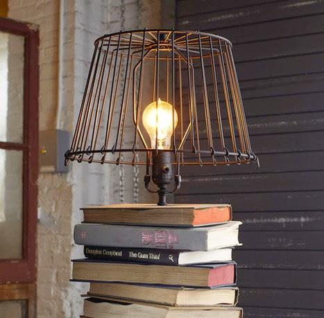 Des livres en guise de support ou table de chevet pour compléter la décoration de votre intérieur